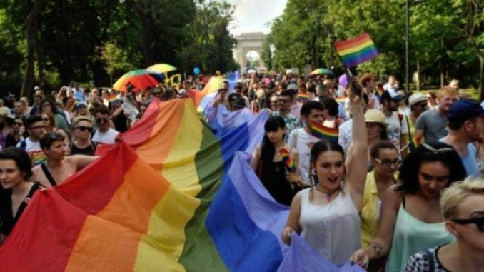100 free gay voyeur pictures